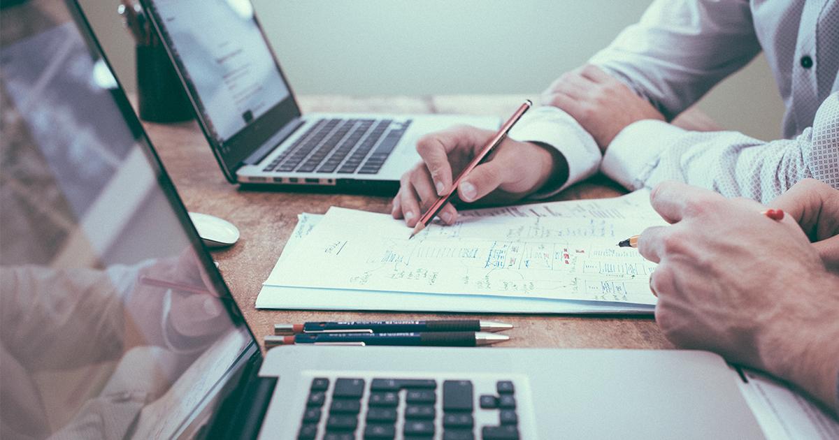 Chef d'entreprise qui fait un diagnostic à 360 degré pour avoir un bilan complet de ses facteurs clés de succès