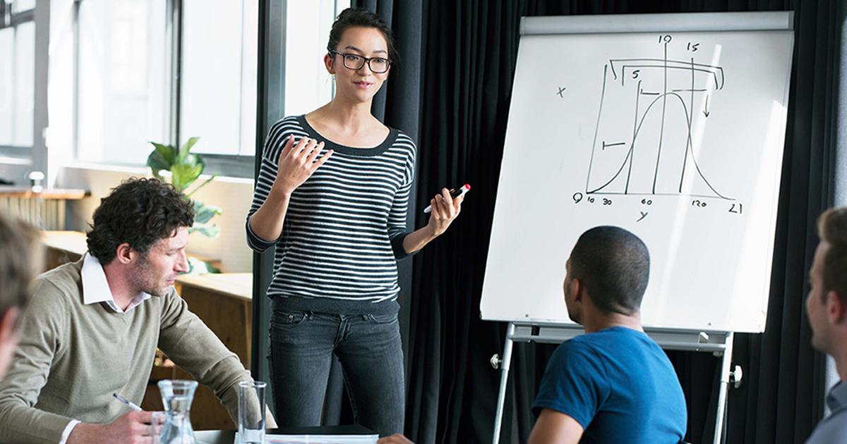 Femme qui donne des outils pour développer vos compétences de chef d'entreprise